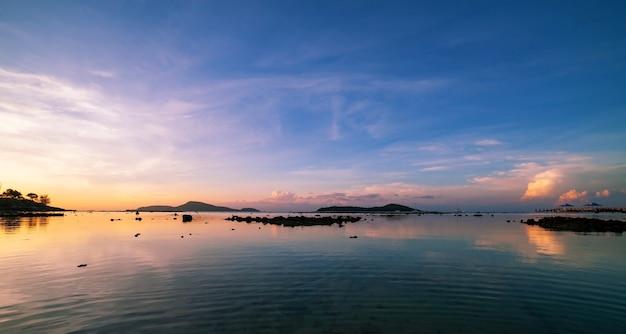Mooi licht zonsopgang of zonsondergang landschap natuur uitzicht dramatische hemel kleurrijke wolken boven zee in de ochtend.