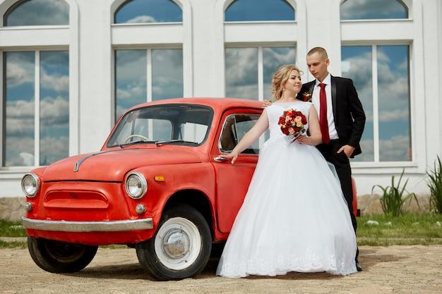 Mooi liefdevol bruidspaar meldt zich aan en wandelt langs de prachtige boulevard. geluk en liefde in de ogen van mannen en vrouwen. rusland, sverdlovsk, 15 juni 2019