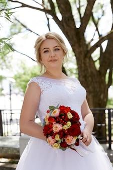 Mooi liefdevol bruidspaar registreert een huwelijk en loopt langs de mooie boulevard