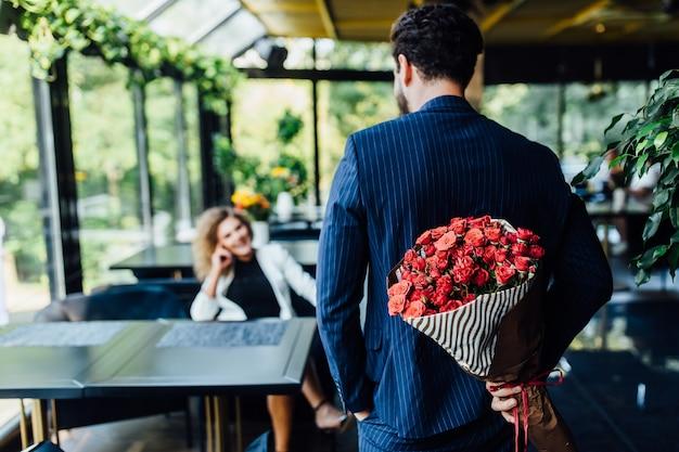 Mooi liefdevol stel brengt samen tijd door in een modern restaurant