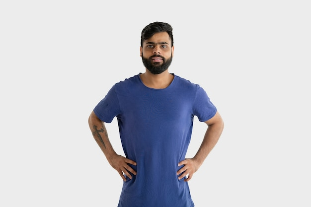 Mooi mannelijk geïsoleerd portret. jonge emotionele hindoe man in blauw shirt. gelaatsuitdrukking, menselijke emoties. staan en glimlachen.
