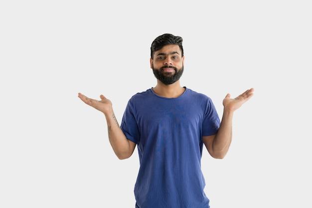 Mooi mannelijk geïsoleerd portret. jonge emotionele hindoe man in blauw shirt. gelaatsuitdrukking, menselijke emoties.