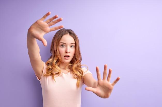 Mooi meisje bang en doodsbang met angst expressie stop gebaar met handen schreeuwen in shock
