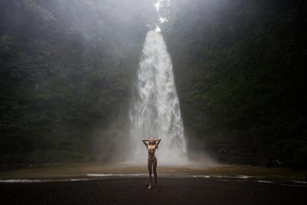 Mooi meisje bij sekumpul waterfall, bali