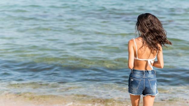 Mooi meisje bij strandconcept