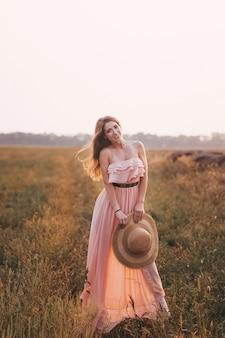 Mooi meisje buiten gekleed in tedere lange jurk