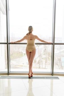 Mooi meisje choreograaf in de buurt van het raam.