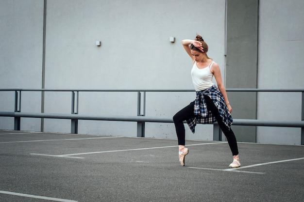 Mooi meisje danser oefenen.