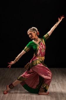 Mooi meisje danser van indiase klassieke dans bharatanatyam
