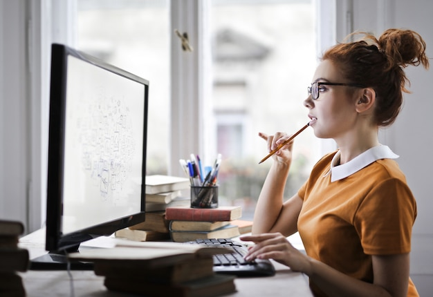 Mooi meisje dat aan een computer werkt