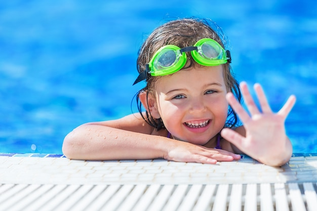 Mooi meisje dat bij het zwembad zwemt