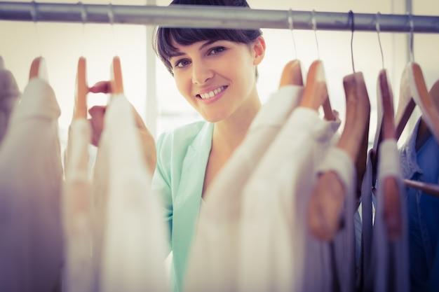 Mooi meisje dat door de garderobe kijkt