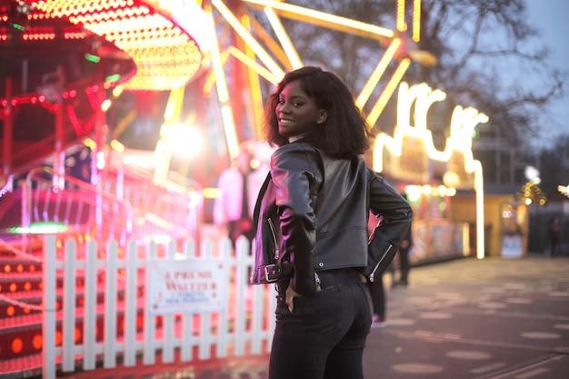Mooi meisje dat een goede tijd heeft in het luna-park