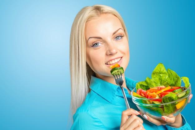 Mooi meisje dat een salade eet