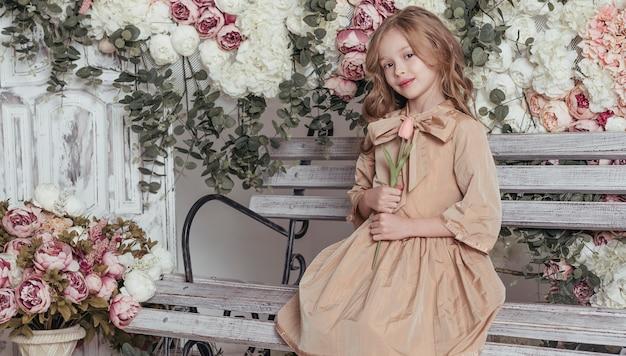 Mooi meisje dat een tulp houdt