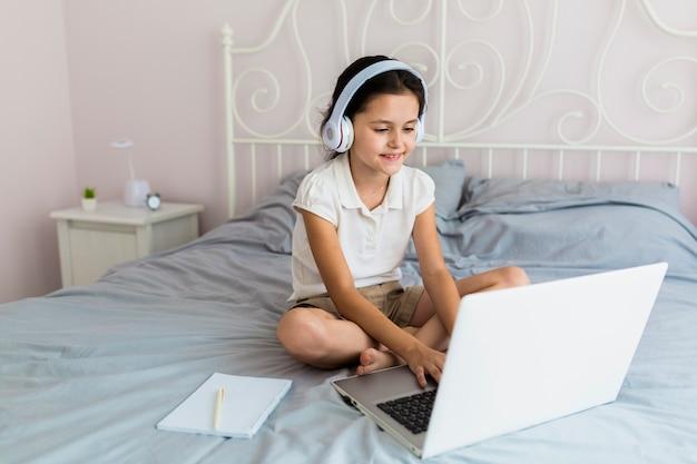 Mooi meisje dat haar laptop met behulp van