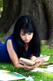 Mooi meisje dat in park bestudeert