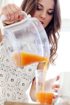 Mooi meisje dat jus d'orange maakt