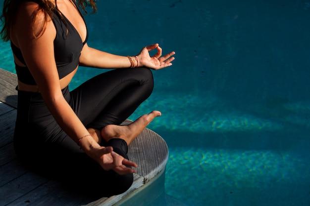Mooi meisje dat meditatie doet.