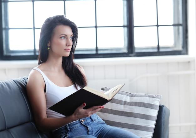 Mooi meisje dat met een boek bestudeert