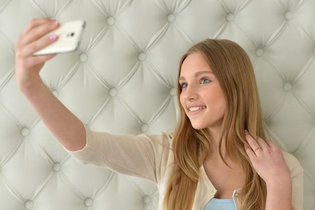 Mooi meisje dat selfie neemt met haar smartphone