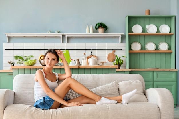 Mooi meisje dat thuis ontspant en van haar vrije tijd geniet