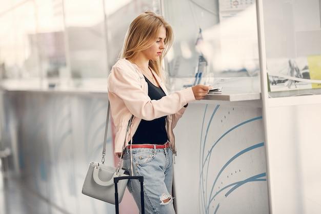 Mooi meisje dat zich in luchthaven bevindt