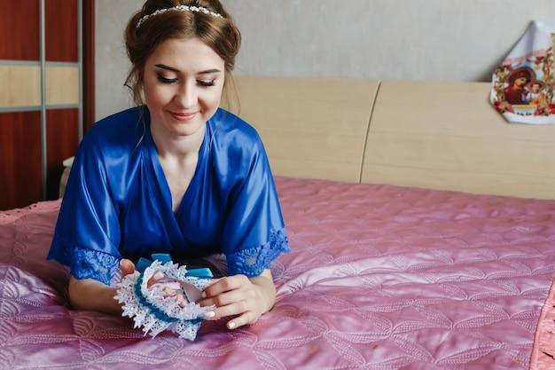 Mooi meisje, de bruid in een badjas op de achtergrond van het appartement. bruiloft, bruidspaar, familiecreatie.