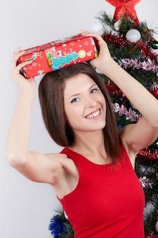 Mooi meisje dicht bij de kerstboom