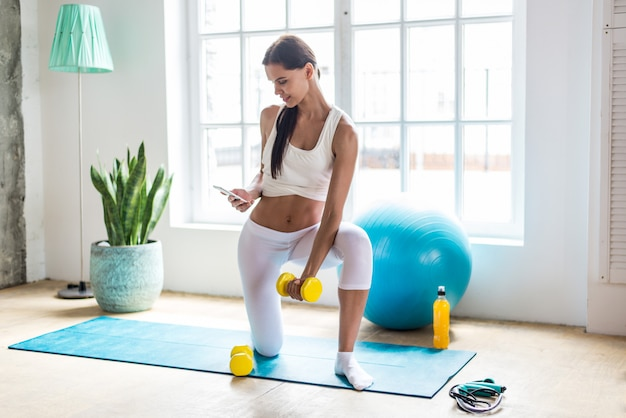 Mooi meisje die training en yoga thuis in de ochtend maken