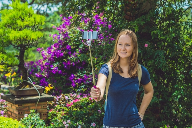 Mooi meisje doet selfie mobiele telefoon in het park op zomerdag