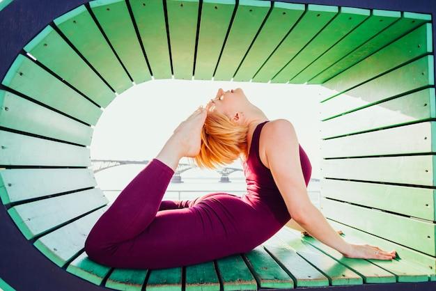 Mooi meisje doet yoga in een geometrische vorm