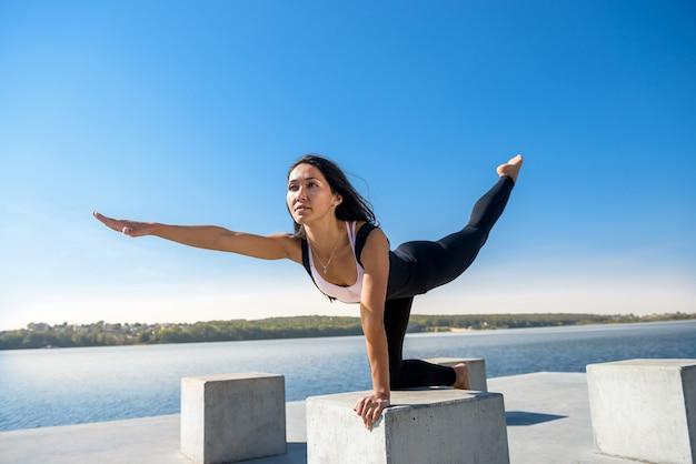 Mooi meisje doet yoga vroeg in de ochtend voor werktijd. gezonde levensstijl