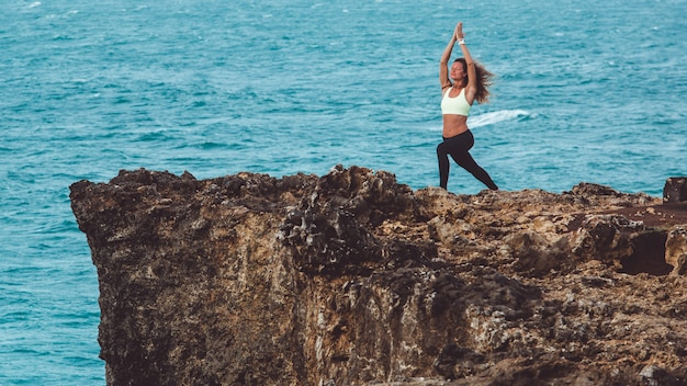 Mooi meisje doet yoga