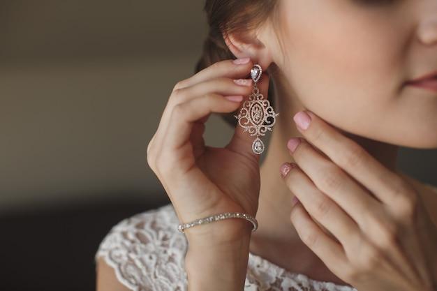 Mooi meisje draagt chique oorbellen