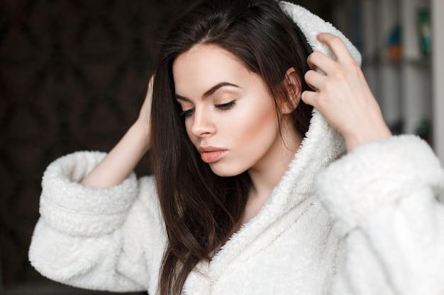 Mooi meisje draagt een witte badjas