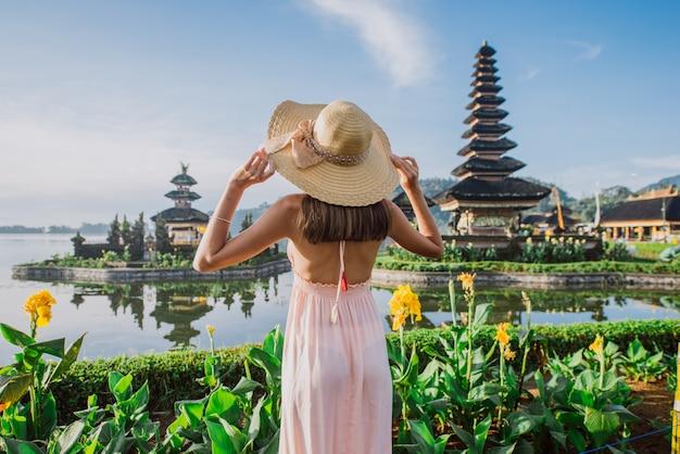 Mooi meisje een bezoek aan de ulun danu bratan tempel in bali. concept over exotische levensstijl reislust reizen