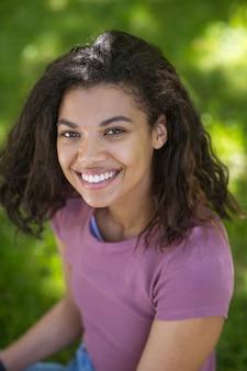 Mooi meisje. een schattig jong meisje met een donkere huidskleur die mooi lacht