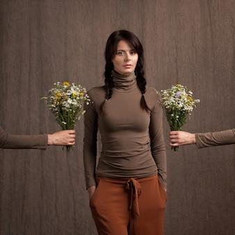 Mooi meisje en boeketten van wilde bloemen
