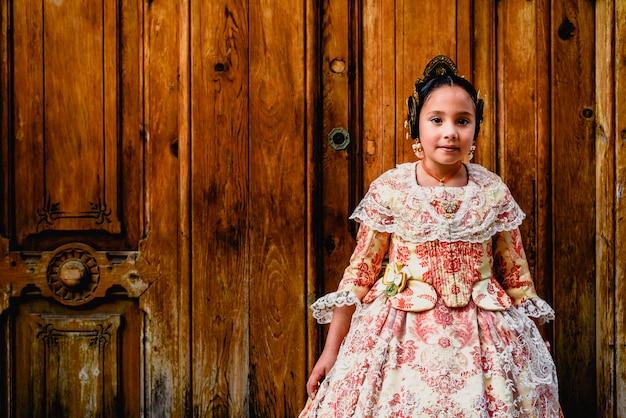 Mooi meisje fallera draagt de traditionele valenciaanse kostuum van fallas