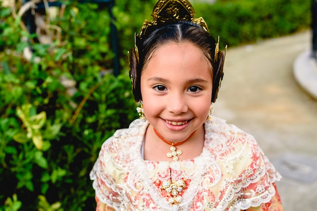 Mooi meisje fallera draagt het traditionele valenciaanse kostuum van fallas