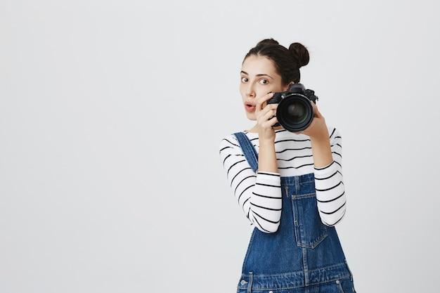 Mooi meisje fotograaf fotograferen, iemand fotograferen