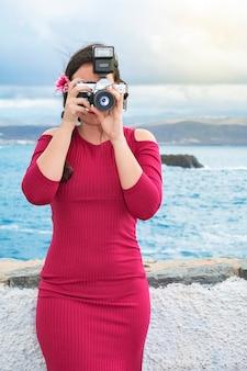 Mooi meisje fotograaf in actie