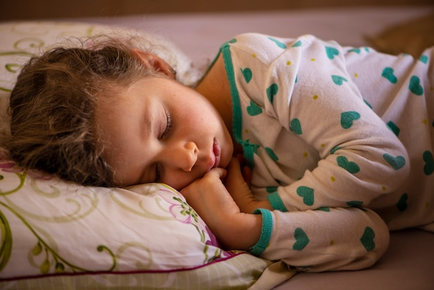 Mooi meisje gekleed in pyjama's en slapen