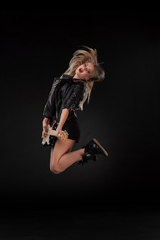 Mooi meisje gitaar spelen
