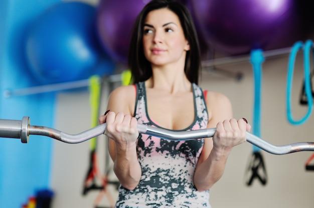 Mooi meisje houdt zich bezig met de sportschool