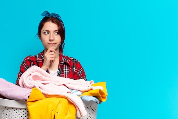 Mooi meisje huishoudster kleren wassen