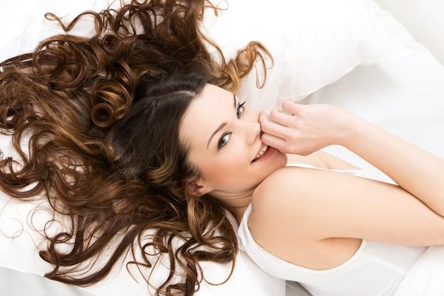 Mooi meisje in bed