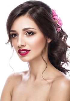 Mooi meisje in beeld van de bruid met paarse bloemen op haar hoofd