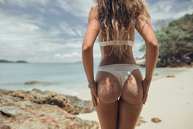 Mooi meisje in bikini geniet van de zee
